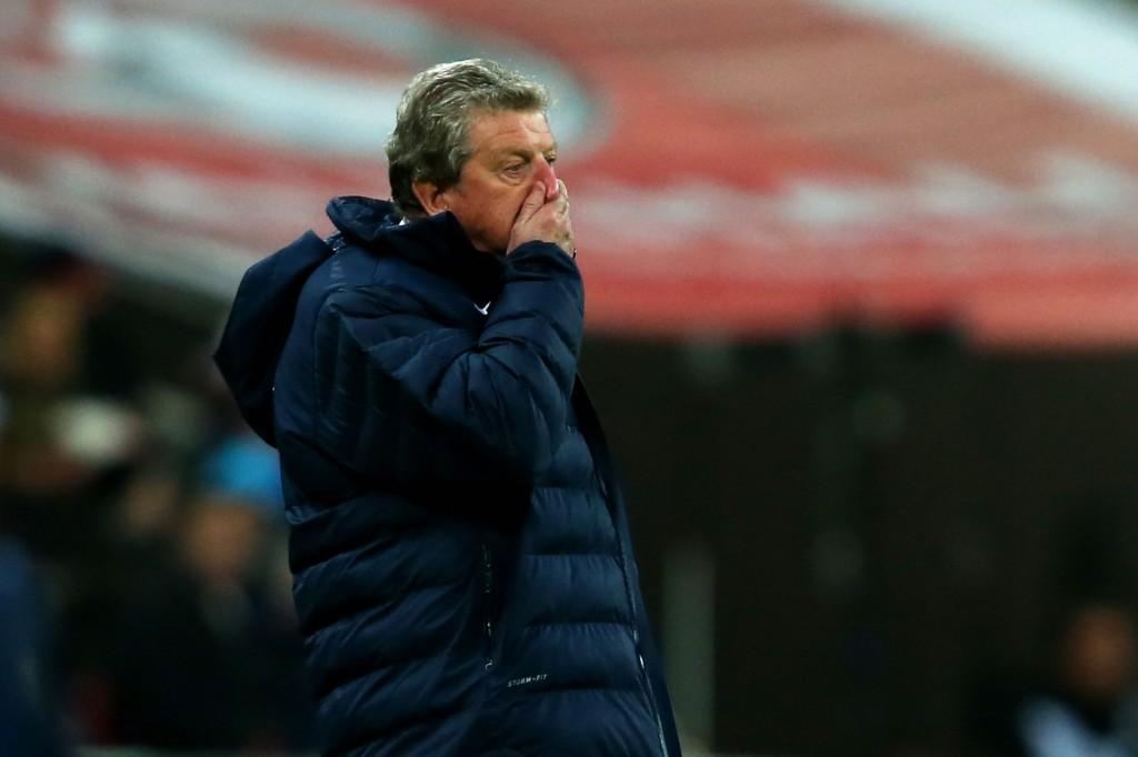 Roy Hodgson pyyhkii naamaansa