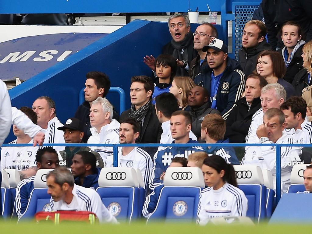 Jose Mourinho katsomossa yleisön seassa