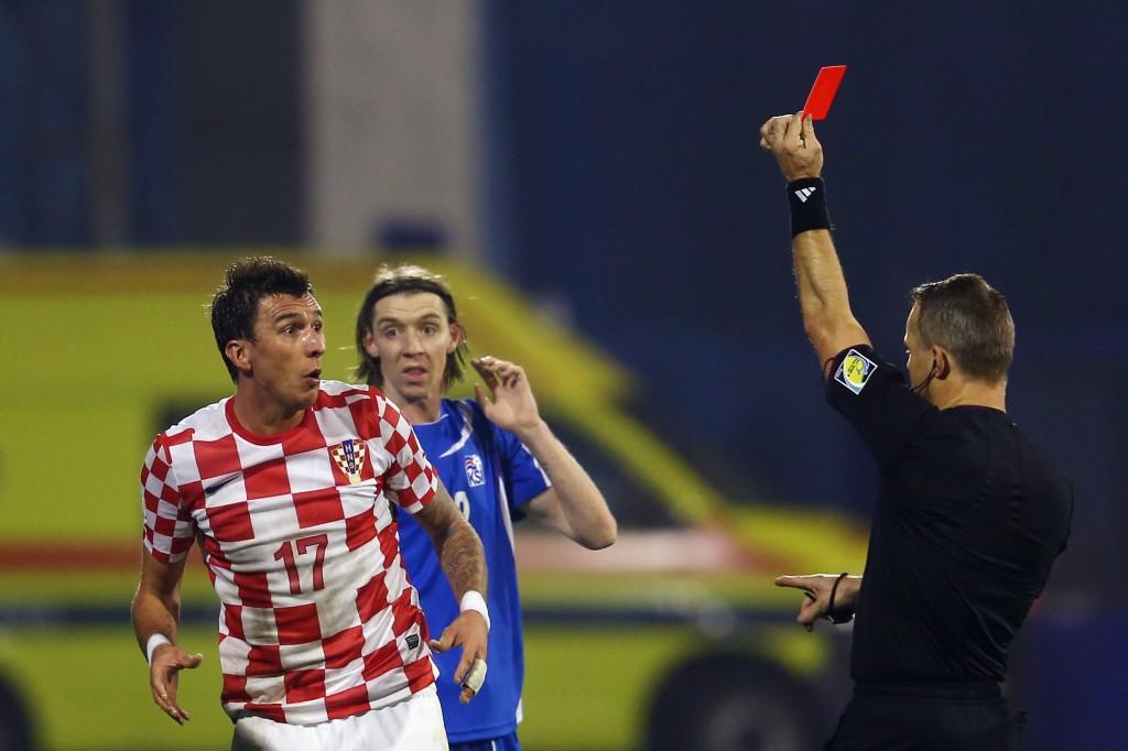 Mario Mandzukic katselee epäuskoisena suoraa punaista korttia Islanti-ottelussa.