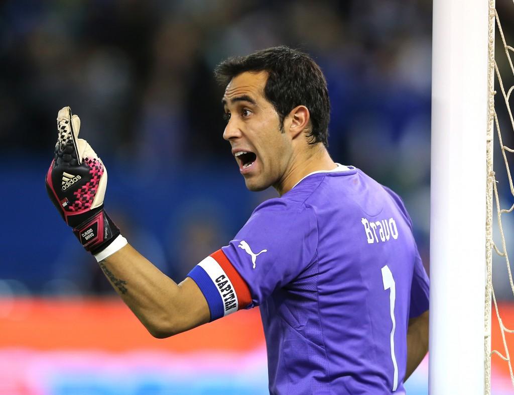 Isällinen ote kentällä auttaa aina, pakeille huutaminen myös - Claudio Bravo