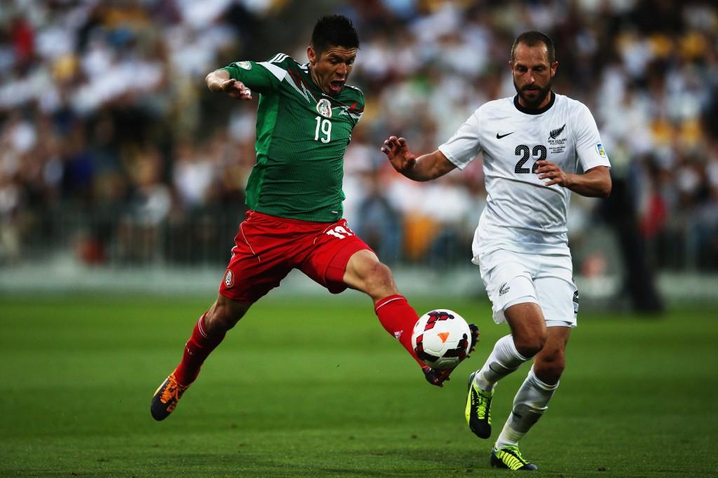 Oribe Peralta ohittaa Andrew Duranten matkallaan kohti viidettä maalia otteluparissa (Getty Images)
