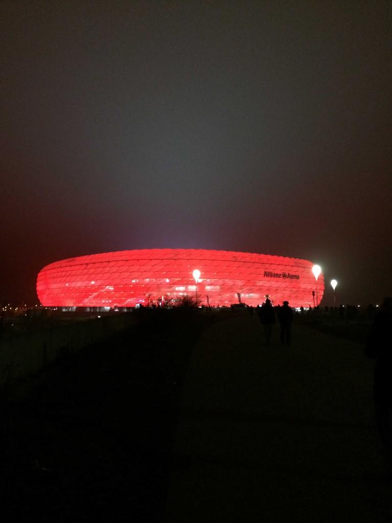 Allianz Areena näyttää värinsä jo kilometrin päästä.