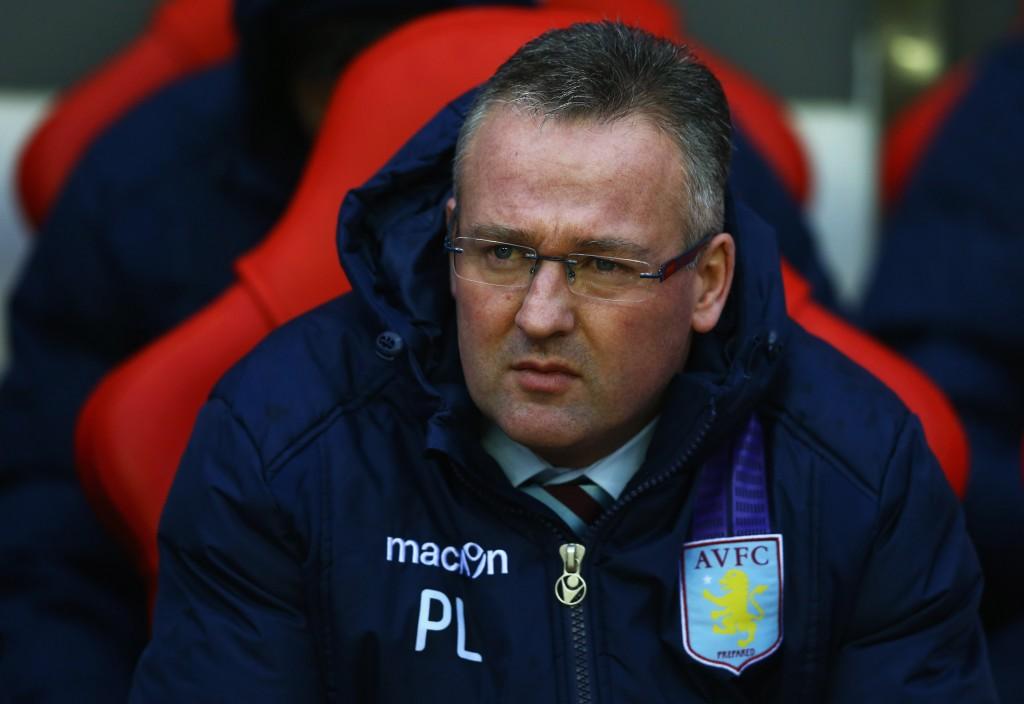 Aston Villan Paul Lambert iloisena penkillä (Getty Images)