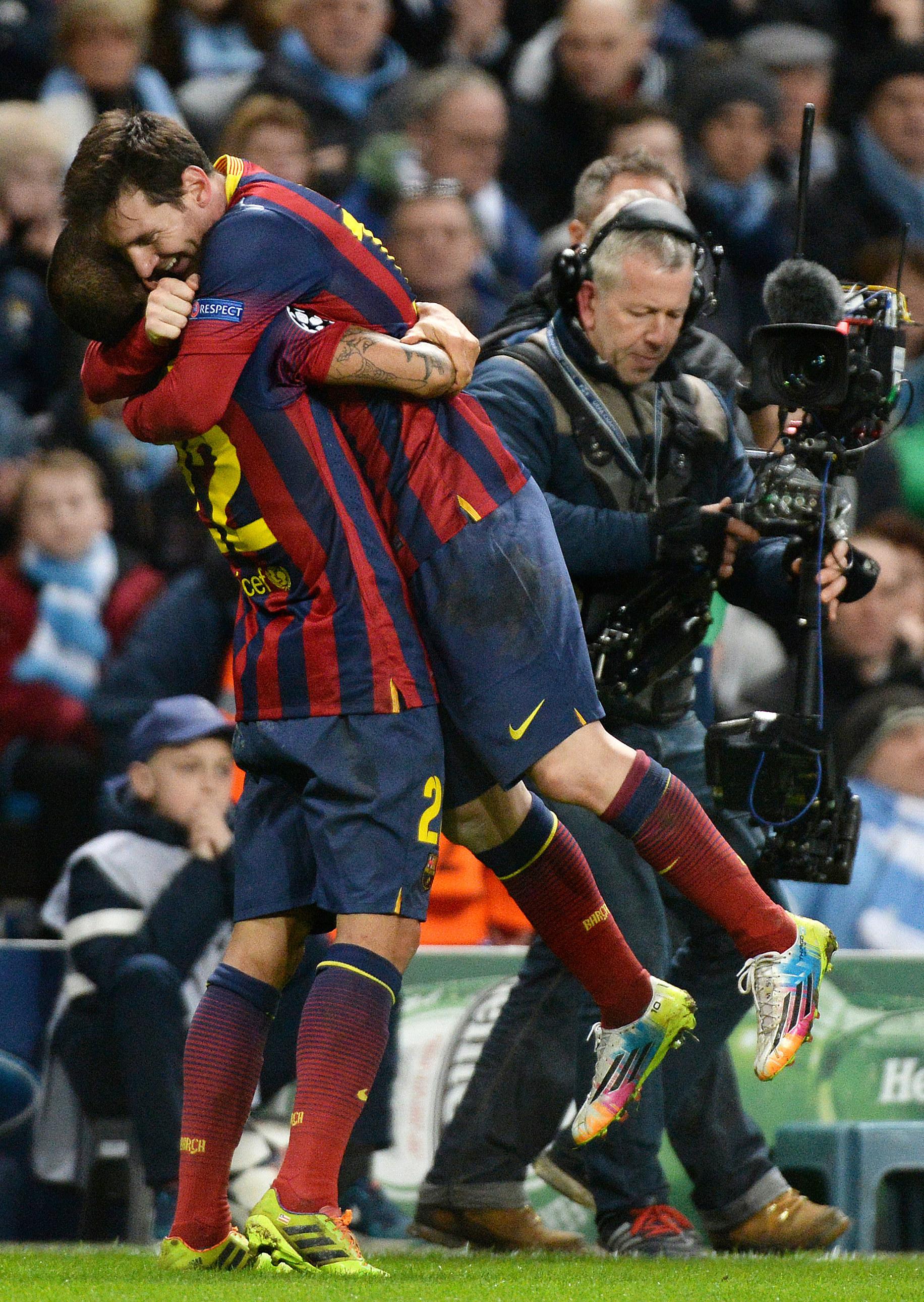 Messi ja Alves juhlivat Barcelonan 0-2 maalia avausottelussa (All Over Press)