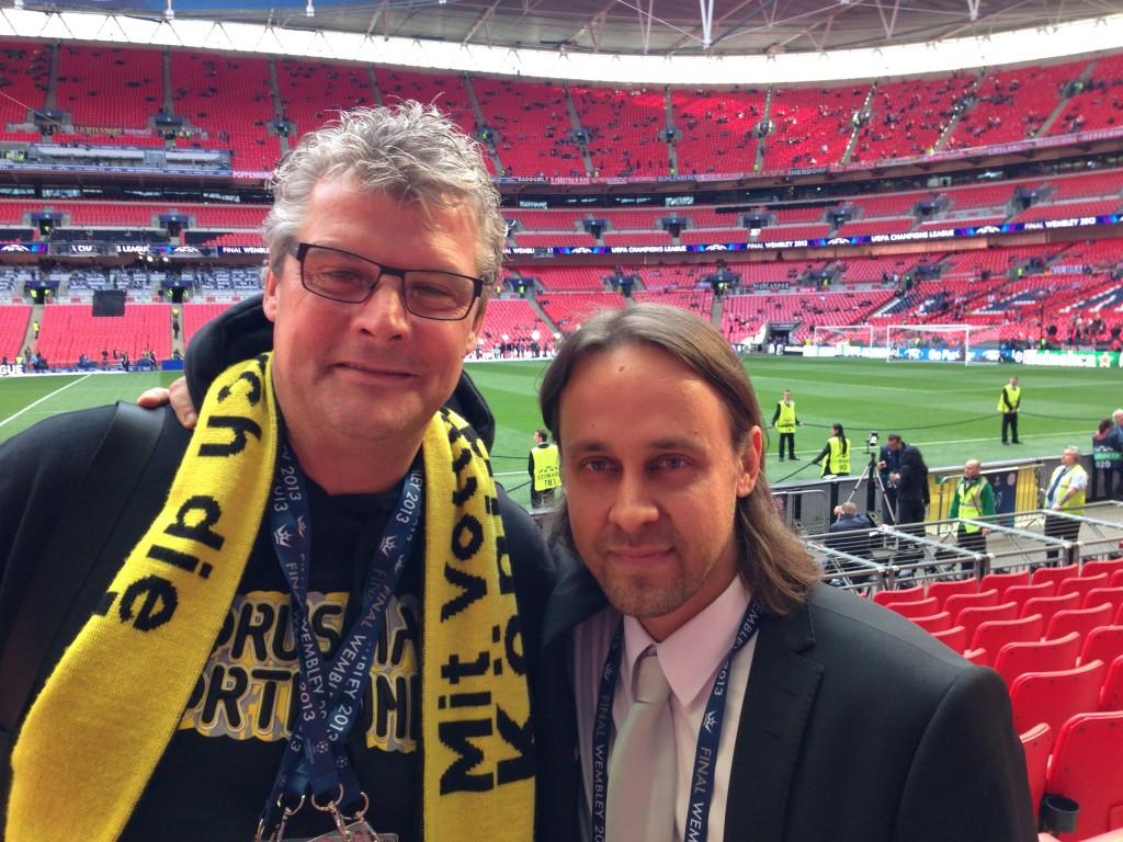 Fanikuva Dortmundin otteluita selostavan legendan, Norbert Dickelin kanssa