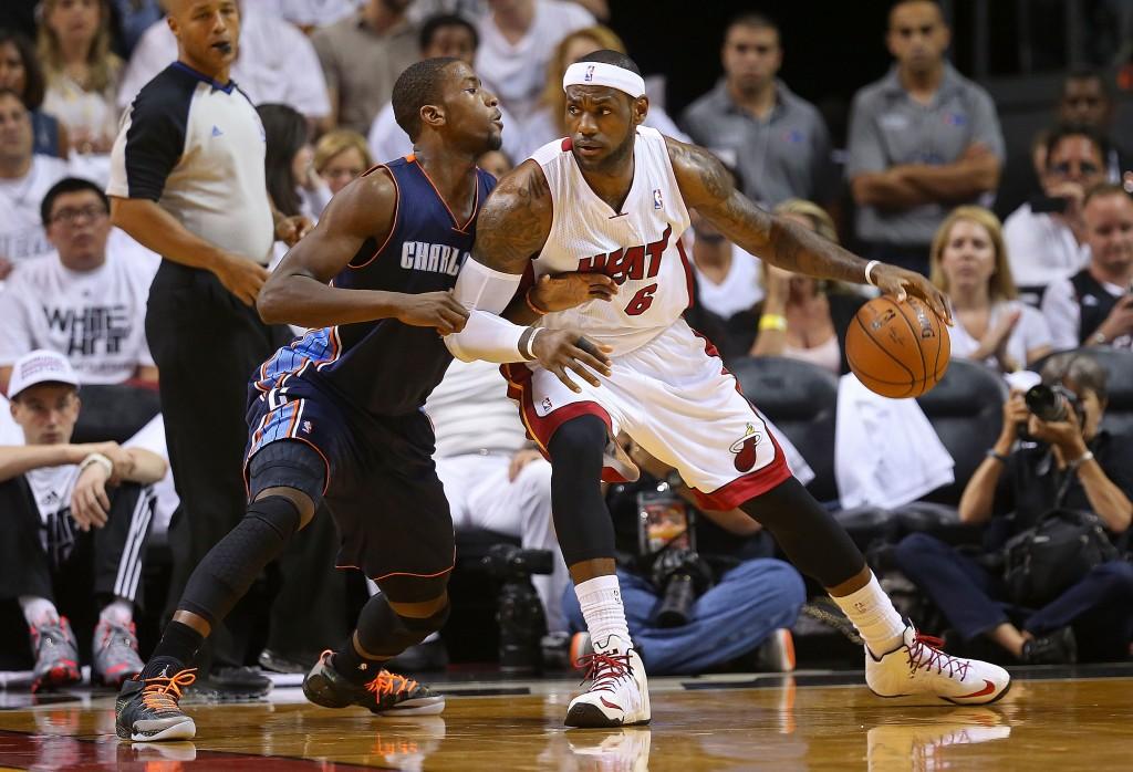 Miami Heat aloitti pudotuspeliurakkansa odotetun vahvasti, King James takoi 27 pistettä (Getty)