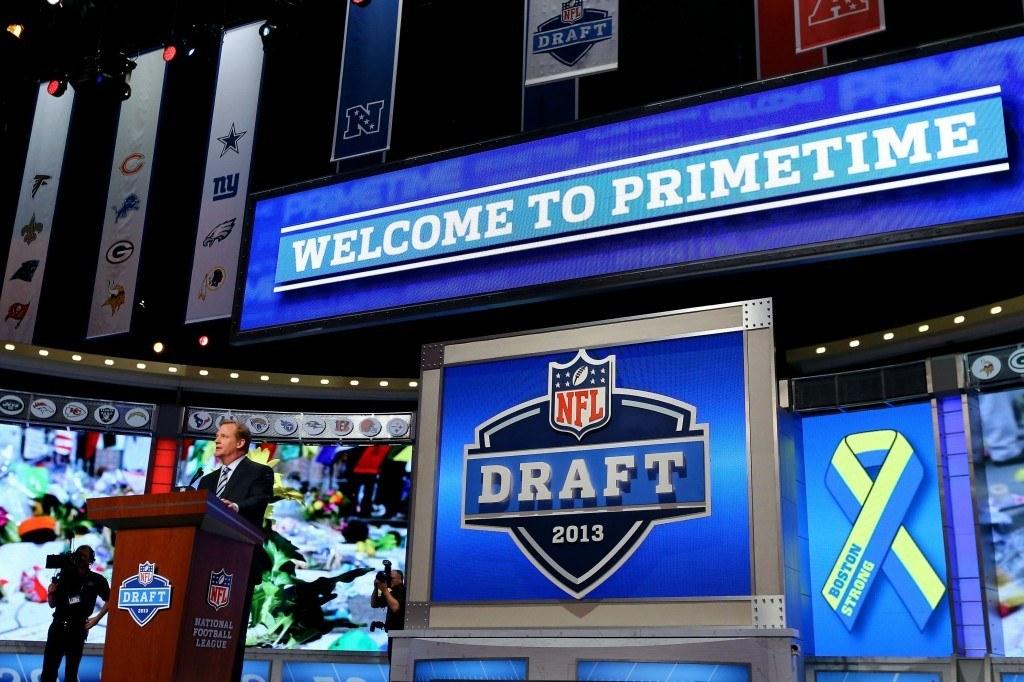 NFL johtaja Roger Goodell julistaa tänäkin vuonna varaustilaisuuden alkaneeksi 03:00 (Getty)