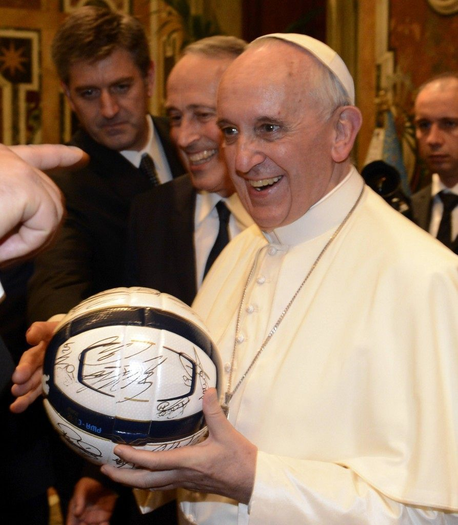 Kovaksi jalkapallomieheksi tunnustautunut Paavi Francis toivotti finaalin molemmille joukkueille onnea ja muistutti urheiluhengen merkityksestä. Kuva: Getty