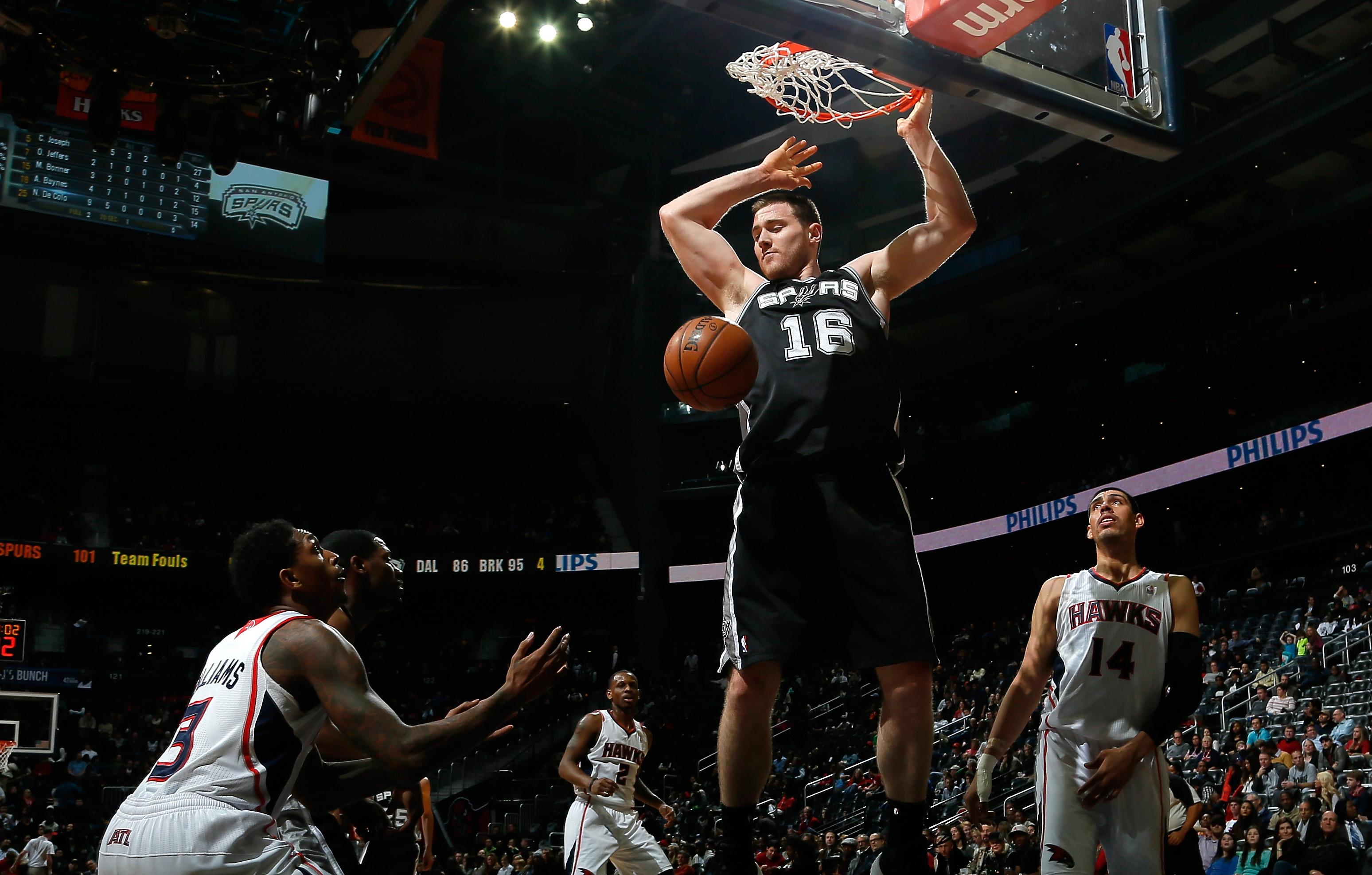 Aron Baynes taistelee korin alla nykyään Spursin paidassa (Getty)