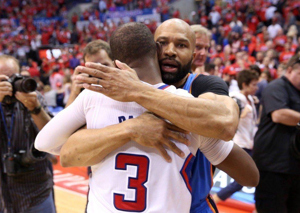 Pelien päätyttyä ollaan frendejä. Derek Fisher ja Chris Paul halasivat toisiaan sodan ratkettua. (Getty)