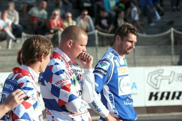 Kalle Virolaiselta (keskellä) odotetaan tehoja mailanvarressa. (Juha Levonen)