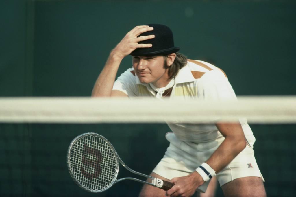 Jimmy Connors hauskutti yleisöä vuonna 1976 nappaamalla katsomosta lentäneen hatun päähänsä (Getty)