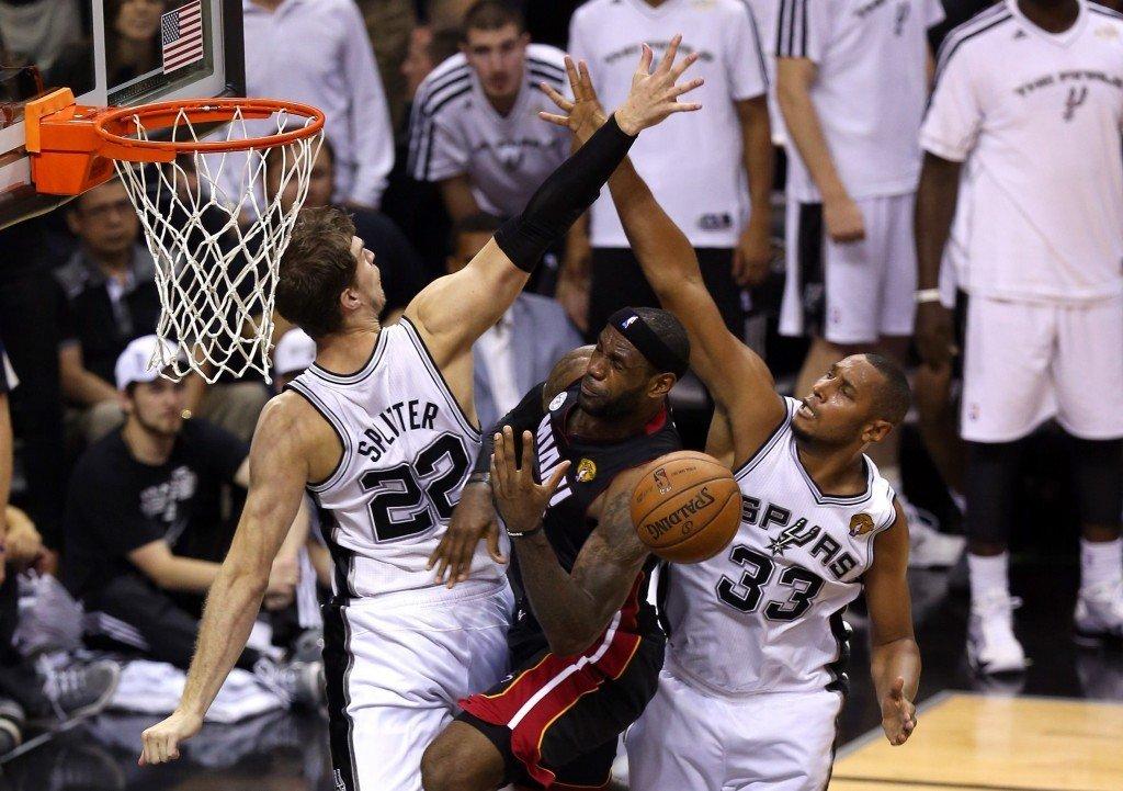 Asetelma on tuttu: Spurs yrittää pimentää King Jamesin. (Getty)