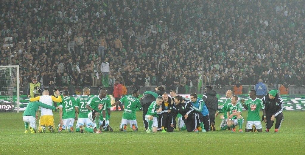 Ottelun päätyttyä ASSE:n pelaajat huudattivat kotiyleisöä. KUVA: All Over Press