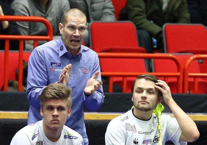 Classicin nykyinen valmentaja Jarkko Rantala kannustaa omiaan. (Salibandyliiga)