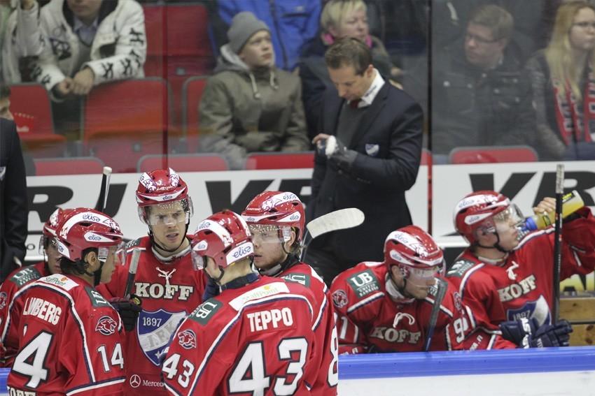 HIFK:n päävalmentaja Antti Törmänen katsoo kellsotaan, kauanko vielä. (AOP)