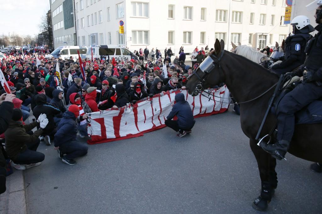 HIFK:n ja HJK:n kannattajat marssivat Sonera Stadiumille (Kuva: All Over Press)