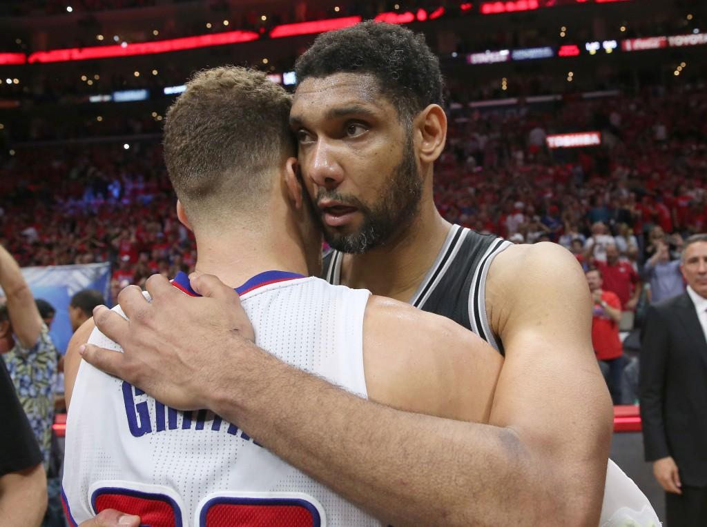 Clippers kaatoi mestarin. Tim Duncan onnitteli  Blake Griffiniä 7. ottelun jälkeen. (Getty)