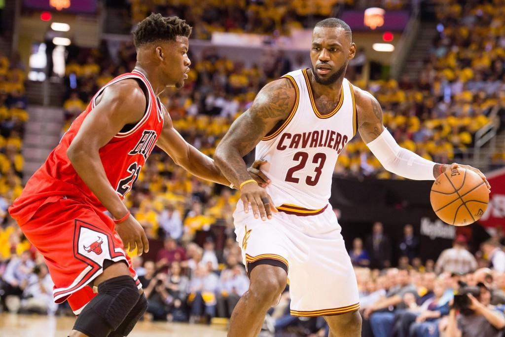 Chicagon Jimmy Butler onnistui pitämään Clevelandin LeBron Jamesin hyvin aisoissa joukkueiden ensimmäisessä kohtaamisessa. (Getty)
