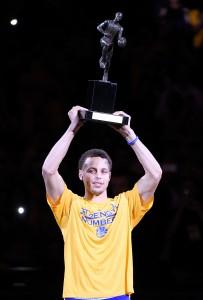 NBA:n runkosarjan MVP Stephen Curry pääsi nostamaan palkintoaan ennen tiistain ottelua Memphisiä vastaan. (Getty)