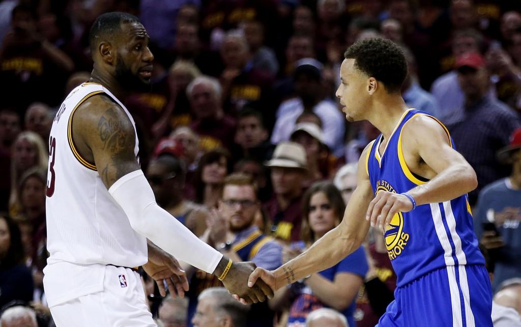 Cavsin riveihin kuluvalla kaudella palannut LeBron James onnittelee Stephen Curryä mestaruudesta. James ei onnistunut vieläkään johtamaan Clevelandia mestariksi. (Getty)