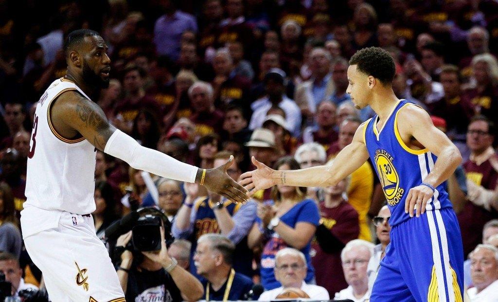 Viime kausi päättyi tähän. LeBron James joutui myöntämään Stephen Curryn paremmuuden. Riittääkö kipinä alkavalla kaudella korttien kääntämiseen? (Getty images)