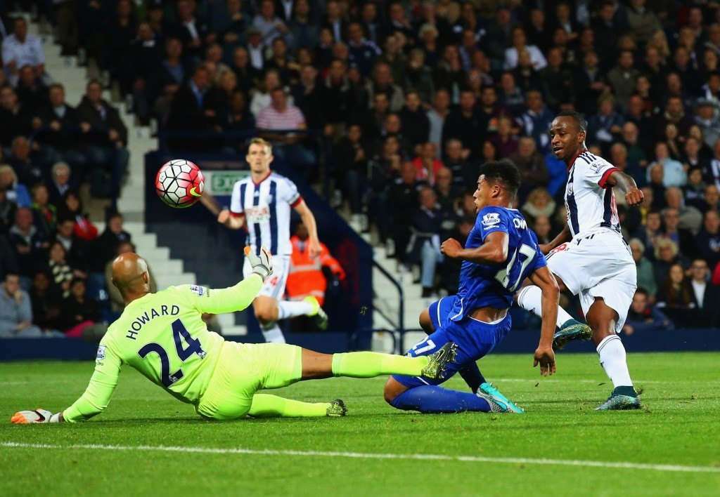 WEST BROMWICH, ENGLAND - SEPTEMBER 28: Saido Berahino of West Bromwich Albion beats goalkeeper Tim Howard and Tyias Browning of Everton to score their first goal during the Barclays Premier League match between West Bromwich Albion and Everton at The Hawthorns on September 28, 2015 in West Bromwich, United Kingdom. (Photo by Alex Livesey/Getty Images)