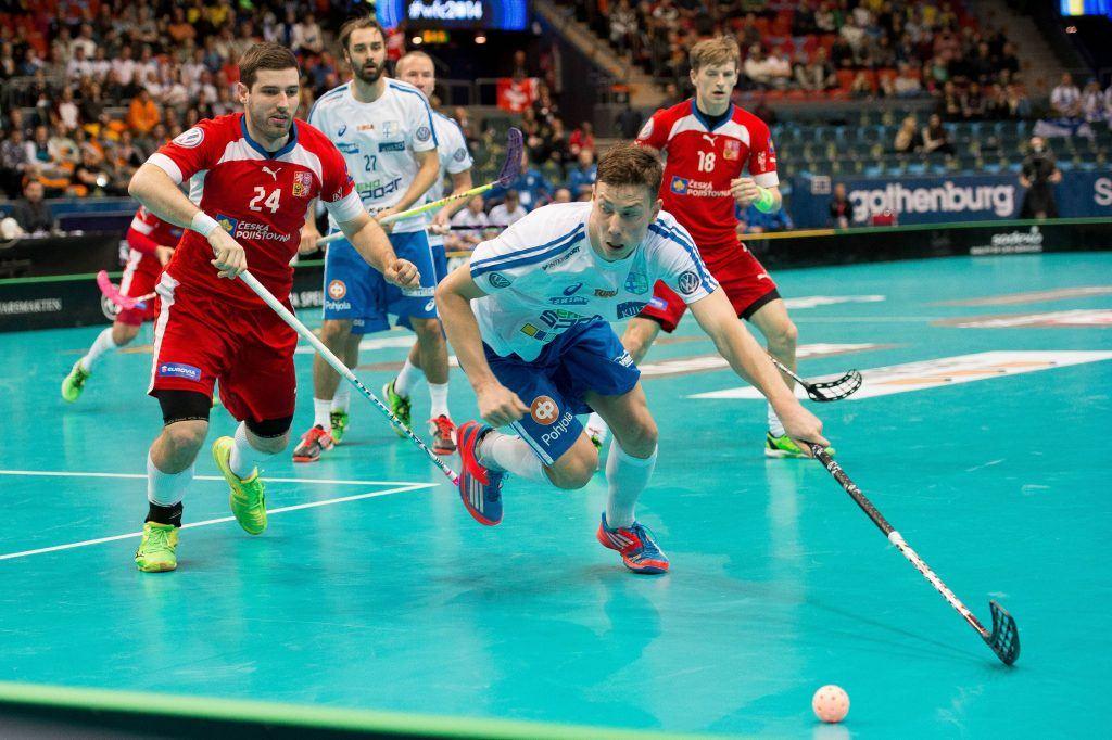 Goeteborg, 13.12.2014, Unihockey WM, Halbfinal, Tschechien - Finnland, Eemeli Salin (FIN) gegen Jan Jelinek (CZE). PUBLICATIONxNOTxINxSUIxAUTxLIExITAxFRAxNED