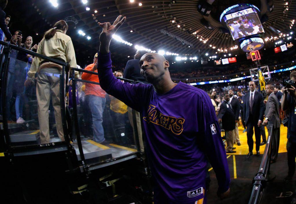 Fanit kerääntyivät torstaina pukukoppikäytävän äärelle nähdäkseen vilauksen viimeistä kertaa Oaklandissa vierailleesta Kobe Bryantista. GSW voitti ottelun 116-98.