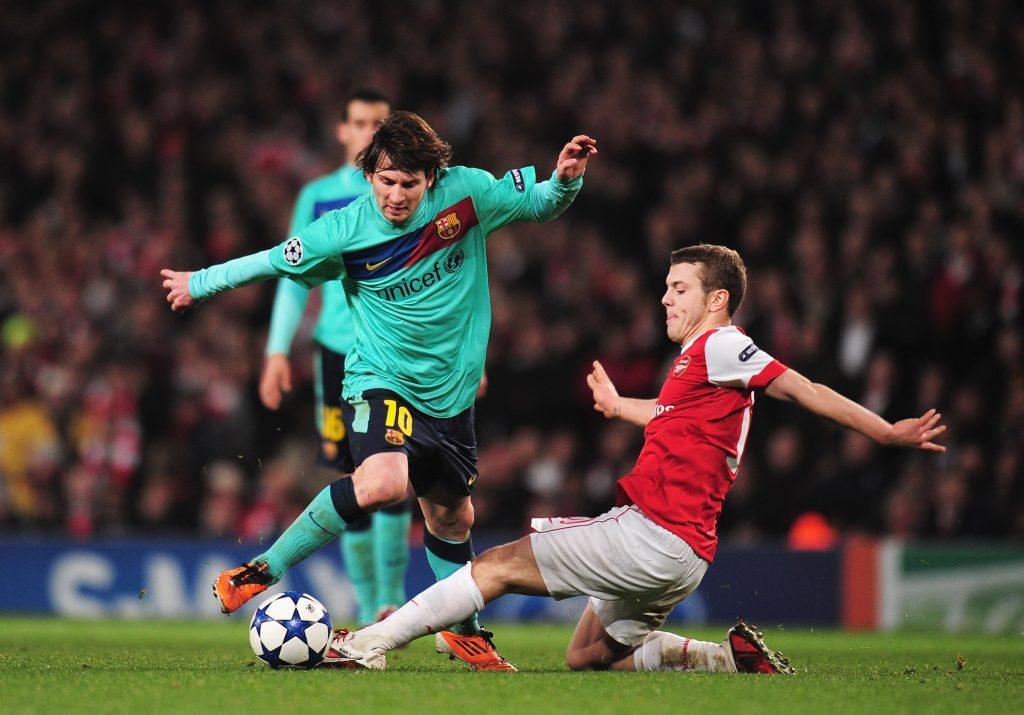 Messi (vas.) ja Wilshere kaksinkamppailussa viisi vuotta sitten Emiratesilla. Kuva: Getty