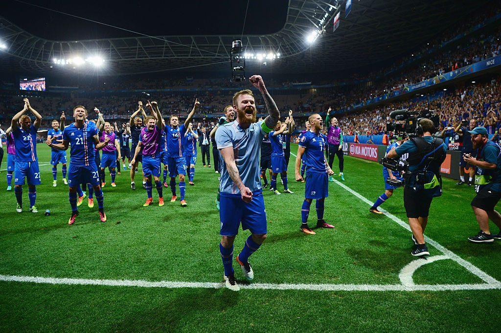 Islannin pelaajat ottivat ilon irti puolivälieräpaikan varmistuttua. Kuva: Getty