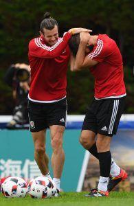 One of the Boys! Bale hassuttelemassa Joe Ledleyn kanssa (Getty).