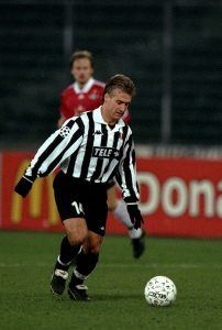 9 Dec 1998: Didier Deschamps of Juventus in action during a match against Rosenborg at the Dell Alpi stadium in Torino, Italy. Mandatory Credit: Stu Forster /Allsport