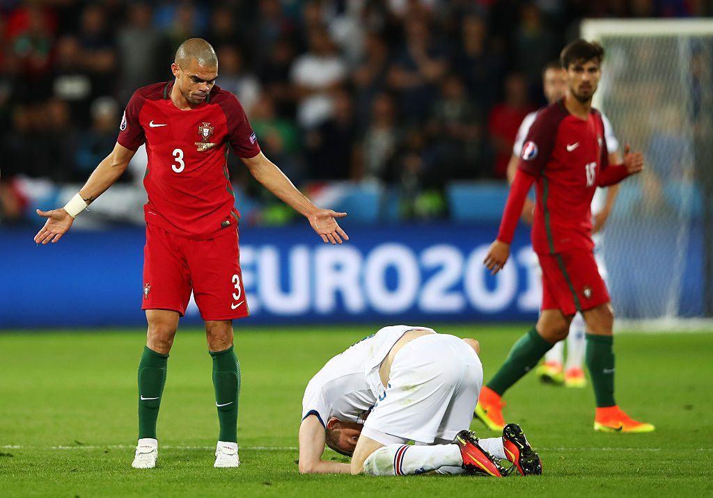 Pepe ihastuttaa ja vihastuttaa otteillaan. Käsien levittely viattomana onkin tuttu näky. Kuva: Getty
